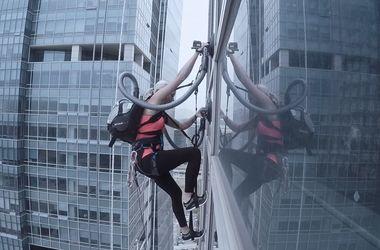 Видеохит: альпинистка поднялась на 33-этажный небоскреб с помощью пылесосов