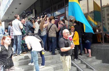 Во время перекура Савченко затушила сигарету о ботинок