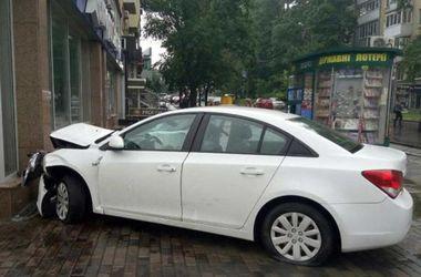 В Харькове иномарка влетела в здание