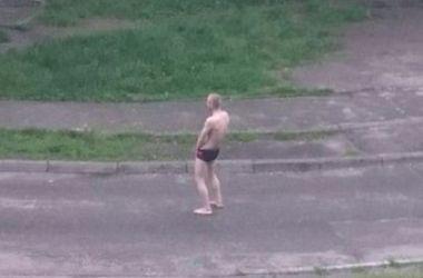 По Троещине в Киеве гуляет мужчина в одних трусах