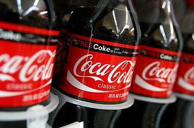 Видеохит: мужчина показал новое удивительное свойство Кока-Колы