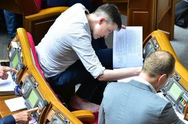 Савченко босиком на корточках