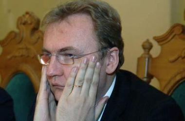 Мусорный скандал во Львове: в мэрию притащили мусорные баки и заговорили об отставке Садового