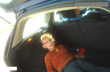 Водитель авто вез ребенка в багажнике - мальчику не хватило места в салоне