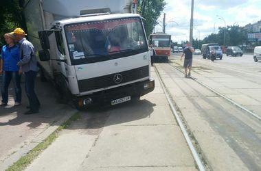 В Киеве грузовик провалился в яму в асфальте