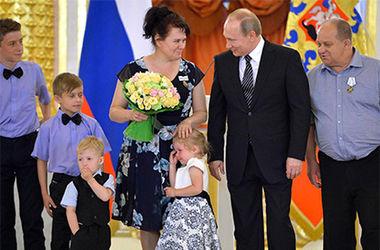 Родители объяснили, почему маленькая девочка расплакалась на приеме у Путина