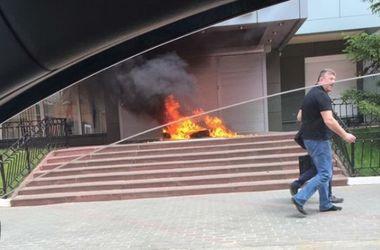 В Киеве подожгли шины перед офисом телеканала