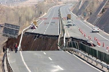 Многотонный грузовик провалился в огромную яму