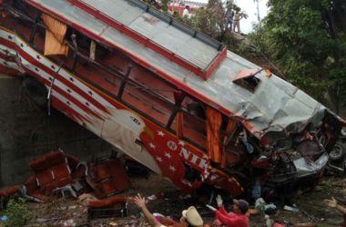 Ужасная автокатастрофа в Индии: автобус столкнулся с двумя авто, погибли 17 человек