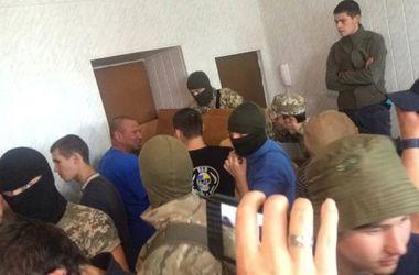 """Россиянина-фигуранта """"дела 2 мая""""  снова отпустили, в зале суда потасовки"""