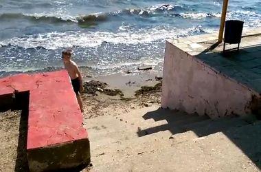 Курортный сезон в Крыму: грязь и разруха на пляжах Керчи поражает