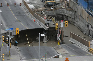 В центре канадской столицы Оттавы под землю ушла часть улицы