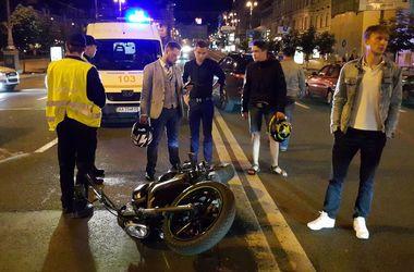 В Киеве на Крещатике Skoda сбила адвоката на мотоцикле