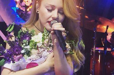 Тина Кароль в откровенном платье и босиком  выступила на балу в Киеве (фото)