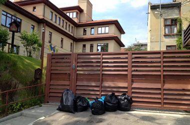 Жители Львова принесли мусор к дому мэра Садового