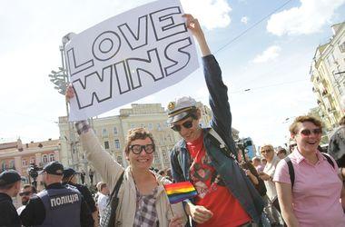 Марш равенства в Киеве: баррикады из бусов и участники в масках