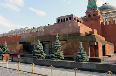 На россии мужчина с топором штурмовал Мавзолей, чтобы разобраться с Лениным