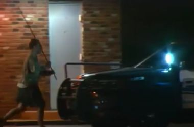 В США мужчина набросился на полицейских с палкой и требовал, чтобы его застрелили