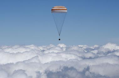 """Капсула """"Союза"""" с тремя космонавтами успешно приземлилась"""