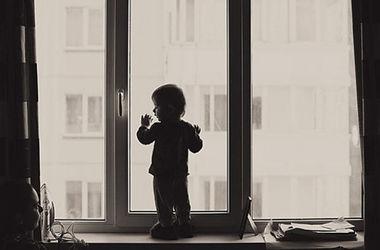 """Во Львовской области ребенок выжил после """"полета"""" с  5-этажа"""