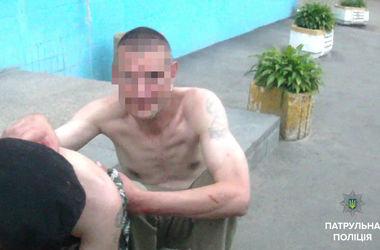 В Киеве мужчина изрезал ножом парня, который защитил девушку