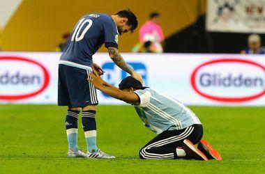 Фанат выбежал на поле во время матча и поклонился в ноги Лионелю Месси