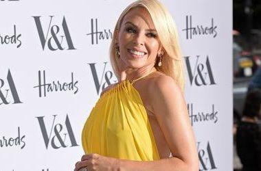 48-летняя Кайли Миноуг в ярком платье со смелым вырезом за 108 тысяч гривен произвела фурор (фото)