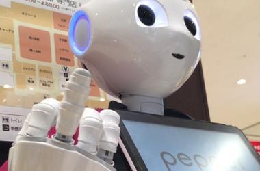 Приветливый робот в японском магазине показывает средний палец
