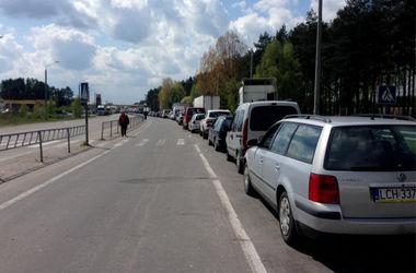 Очереди на границе с Польшей уже немного меньше, но все еще очень большие
