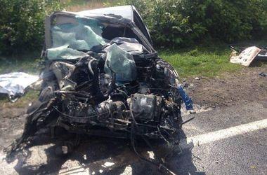 Возле Львова столкнулись грузовик и легковушка: один погибший и трое - в больнице