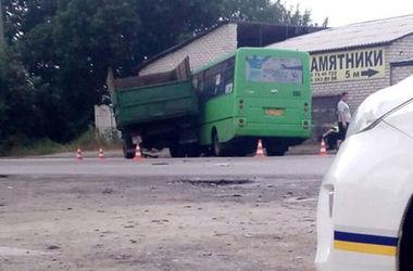 В Харькове маршрутка столкнулась с грузовиком