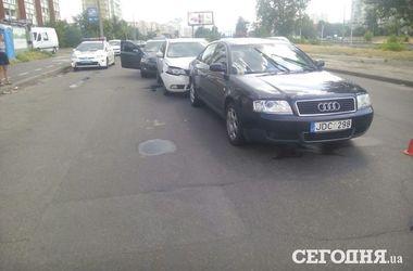 В Киеве на Троещине столкнулись три авто