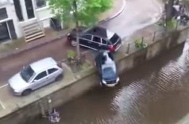 Видеохит: на съемках фильма Porsche случайно сбросил в воду Smart
