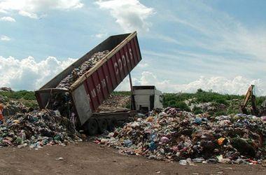 Местные жители блокируют движение грузовиков с мусором на трассе Киев - Боярка