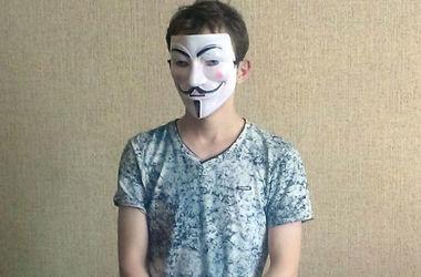 Парень в маскарадной маске устроил поножовщину в Славянске