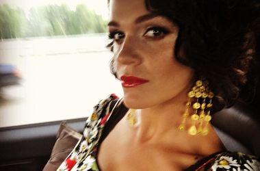 Певица Слава случайно оголила грудь на красной дорожке (фото)