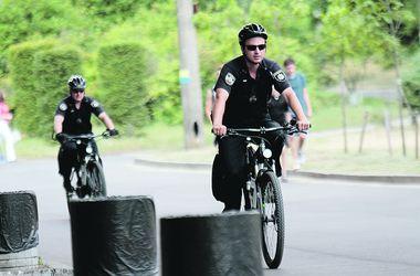 Киевские копы на велосипедах следят за порядком и ругают за костры