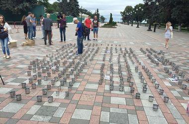 Активисты принесли тюремные кружки депутатам, который против ареста Онищенко