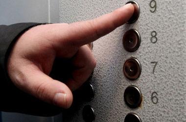 В Николаеве вооруженный грабитель обчистил женщину в лифте