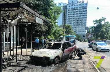 В Одессе горящая машина влетела в трамвайную остановку