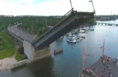Захватывающее зрелище: как в Николаеве мосты разводили для кораблей ВМС