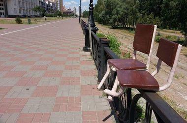 На Оболонской набережной в Киеве установили необычные стулья