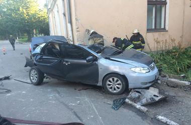 Во Львовской области иномарка протаранила здание женской консультации: погибла беременная женщина