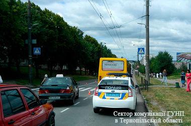 В Тернополе маршрутка сбила женщину с ребенком
