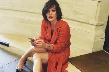 Мила Йовович пришла на модный показ в Париже с подросшей дочерью
