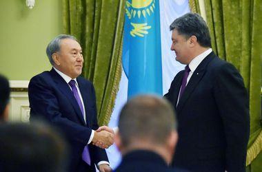 Порошенко с подтекстом поздравил Назарбаева с Днем рожденья