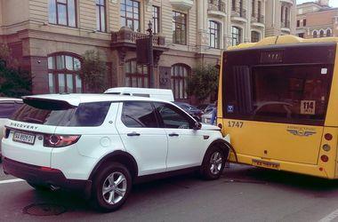 В Киеве Land Rover врезался в автобус на остановке