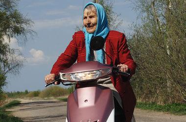 Российских пенсионеров хотят пересадить на мопеды