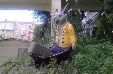 В Киеве появилась необычная скульптура зайца