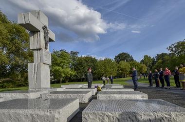 Порошенко в Варшаве почтил память жертв Волынской трагедии